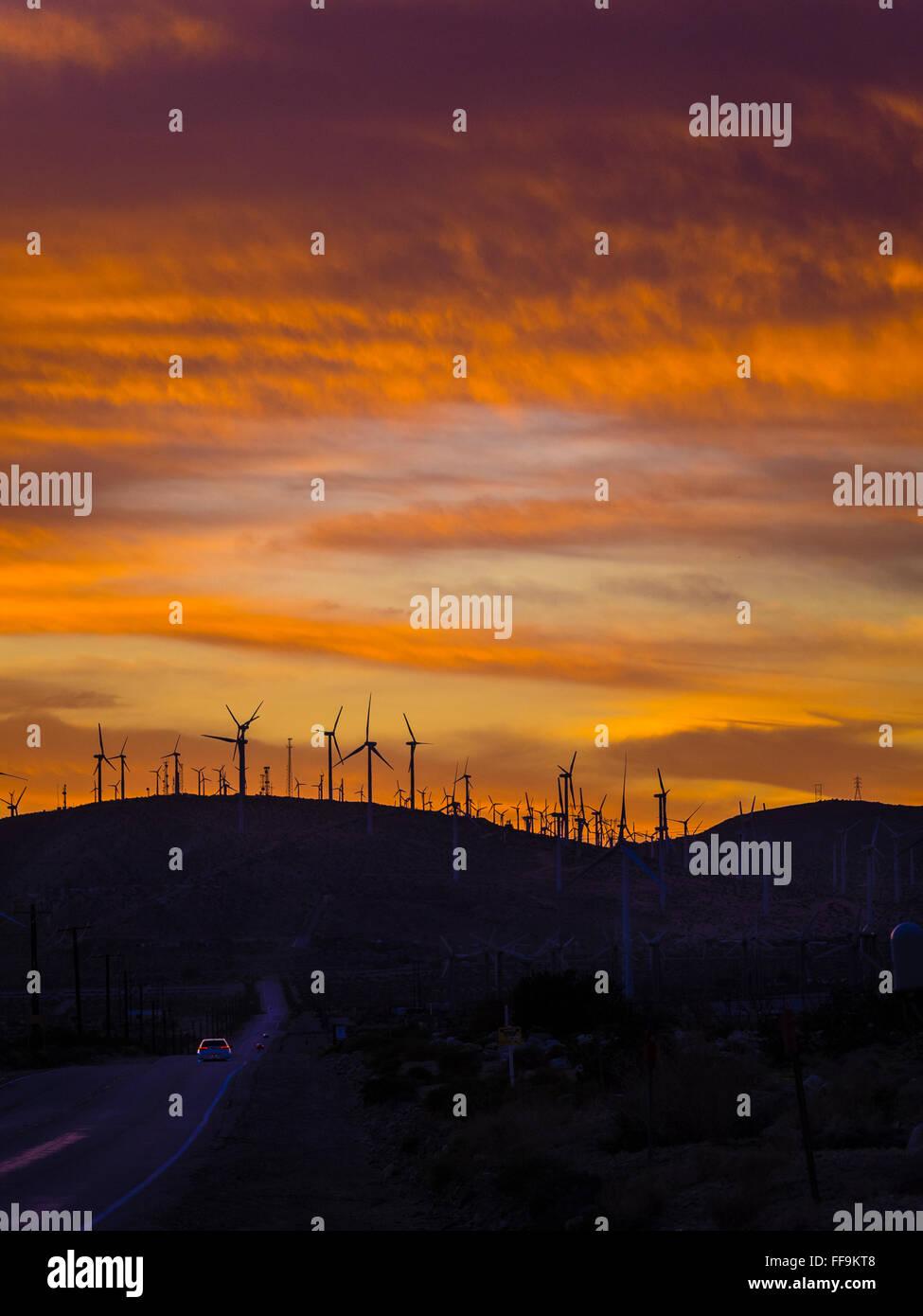 Bauernhof Windenergieanlagen auf Berggipfeln bei Sonnenuntergang von Palm Springs, Kalifornien. Stockbild