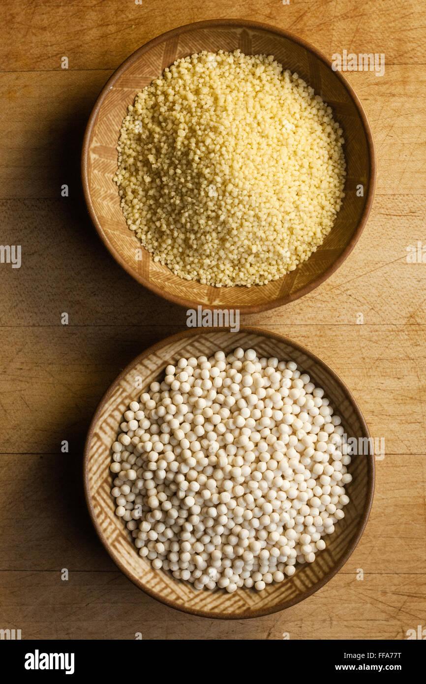 2 Arten von Couscous in Holzschalen Stockbild
