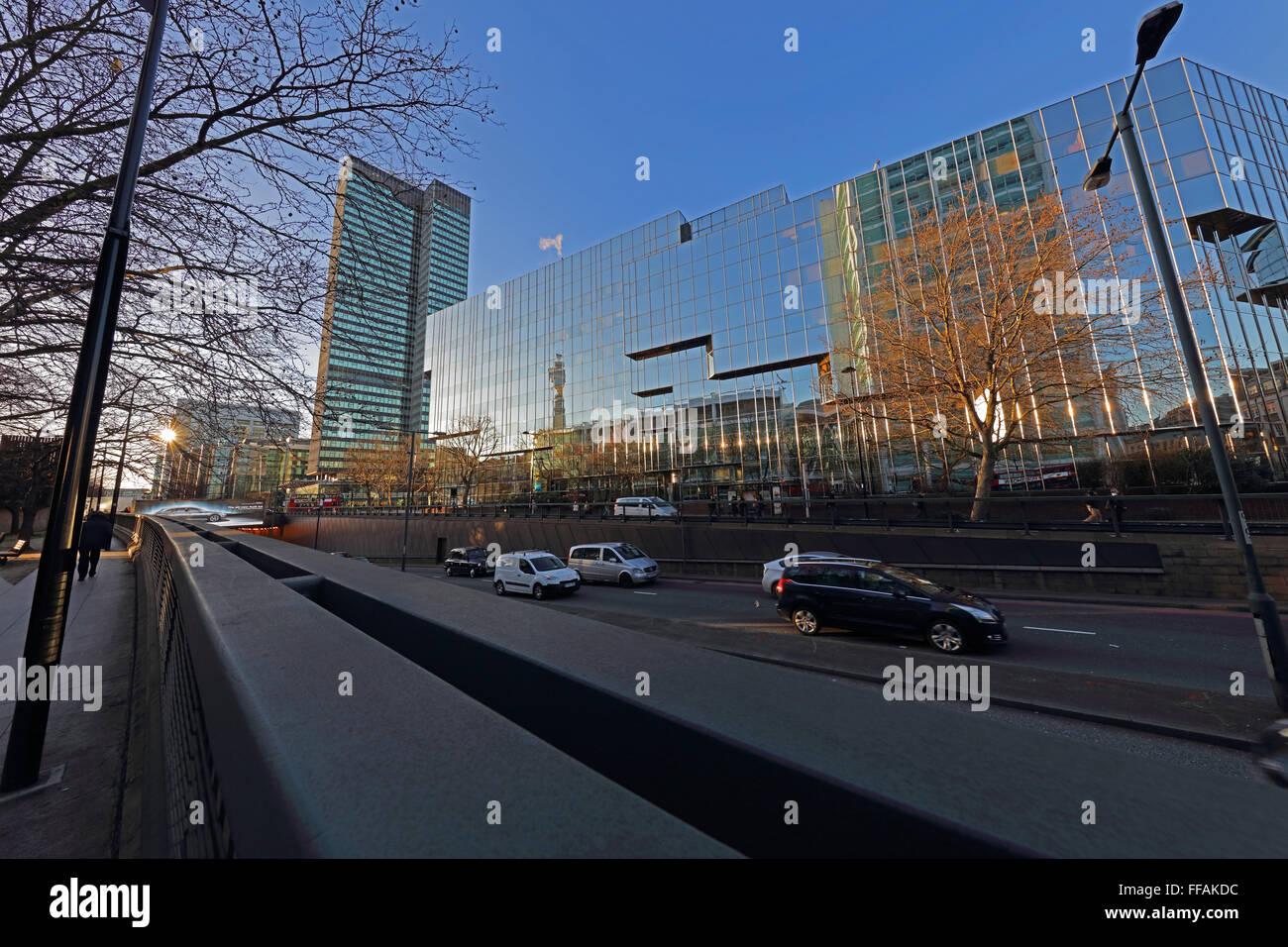 Euston Türmen und einem großen Glas fronted Gebäude der Post Office Tower in den Fenstern reflektieren, Stockbild