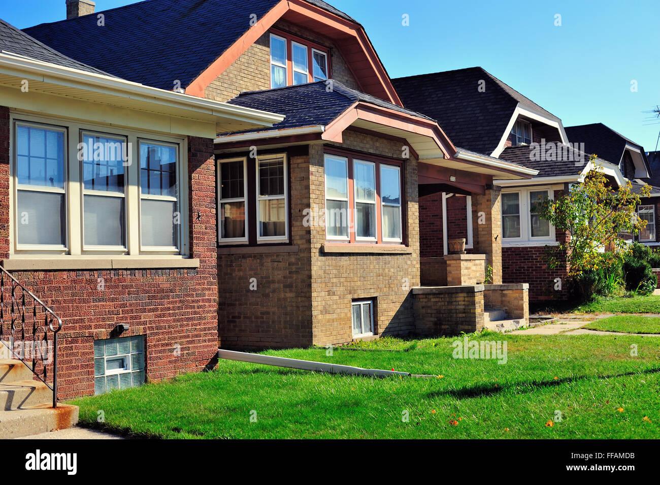 Reihe von Bungalow-Stil Häuser, die typisch für viele ...