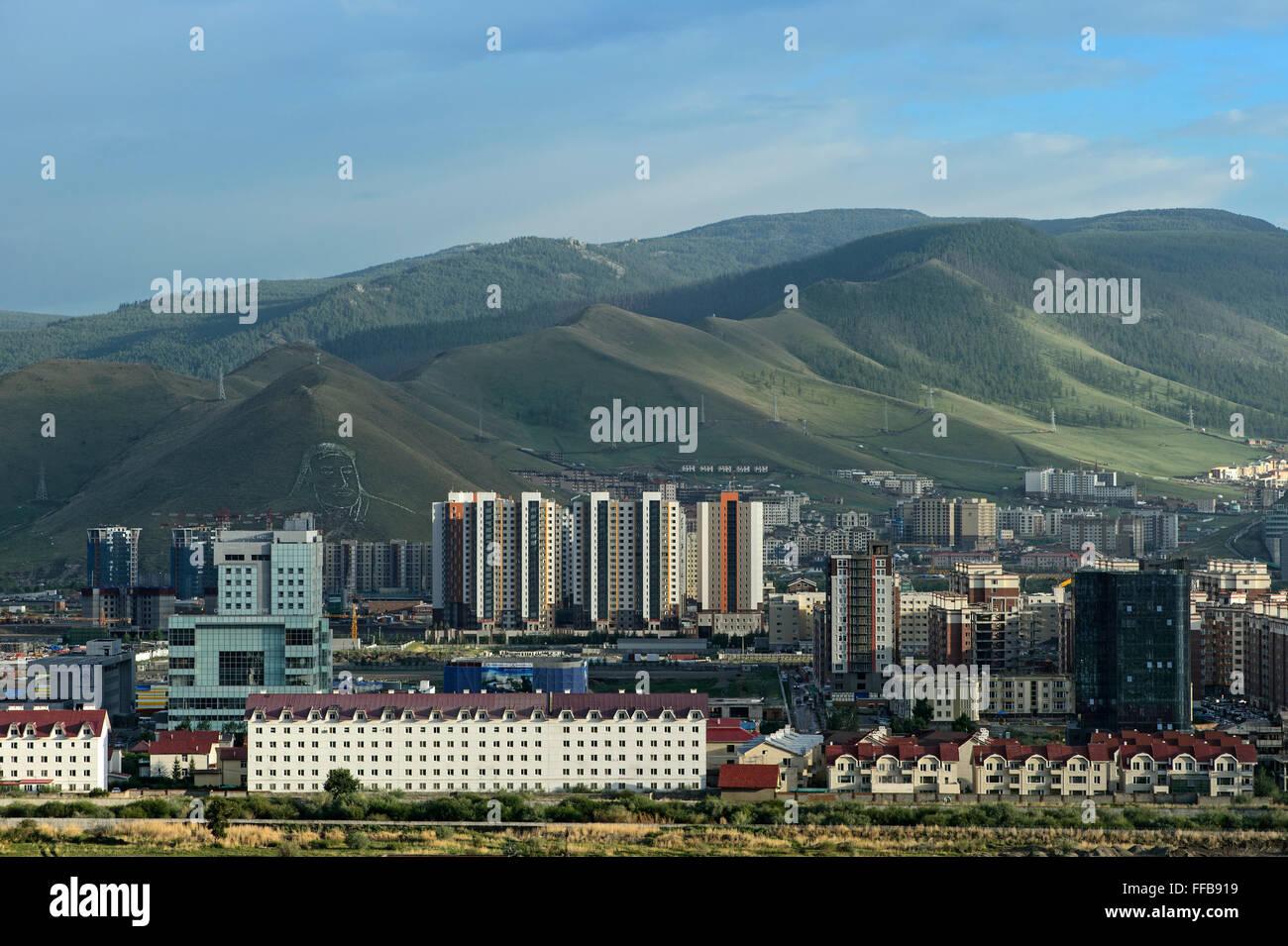 Blick auf moderne Wohnviertel hinter Bergen Bogd Khan mit Porträt von Dschingis Khan, Ulan Bator, Mongolei Stockbild