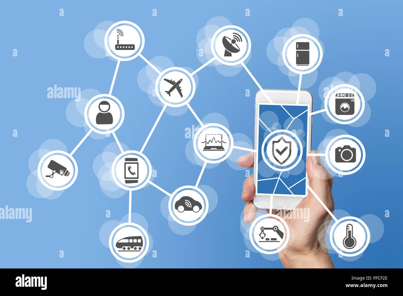 Internet der Dinge-Sicherheitskonzept illustriert von hand halten moderne Smartphone mit angeschlossenen Sensoren Stockbild