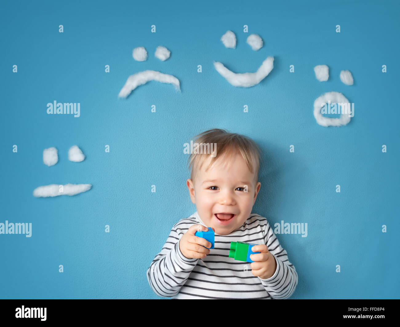 kleiner Junge auf blaue Decke Hintergrund Stockbild