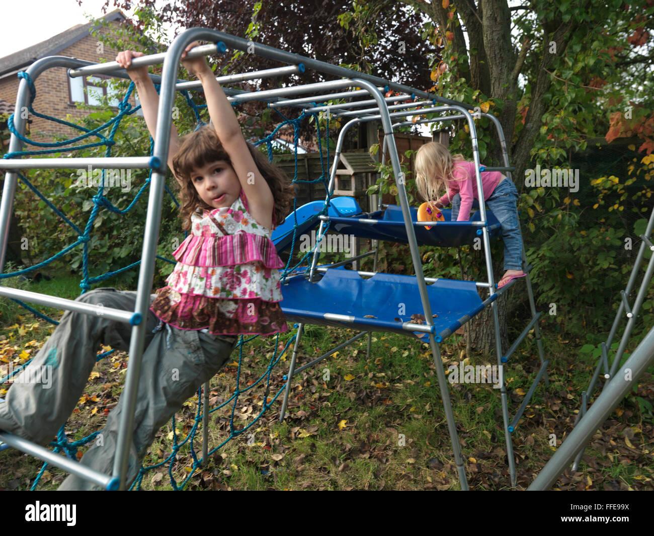 Zwei Mädchen Schwestern auf Klettern umrahmen ein Mädchen auf dem ...