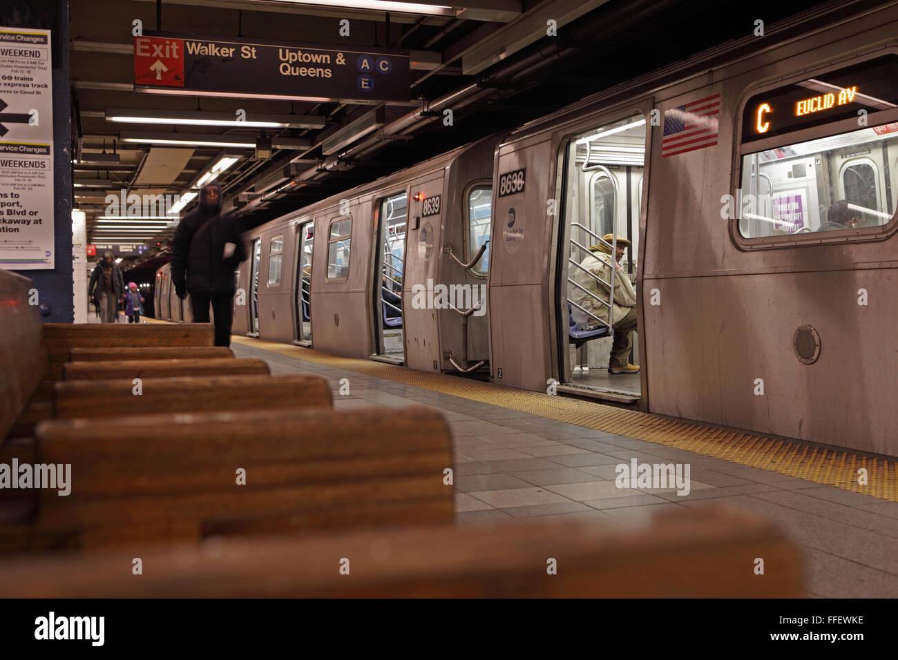New York City C u-Bahn zieht in Canal Street Station. Stockbild