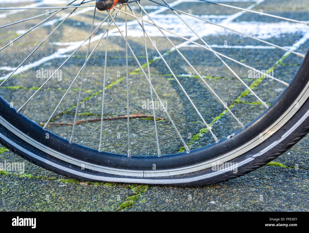 Ein Rad mit einem Platten Reifen Stockbild