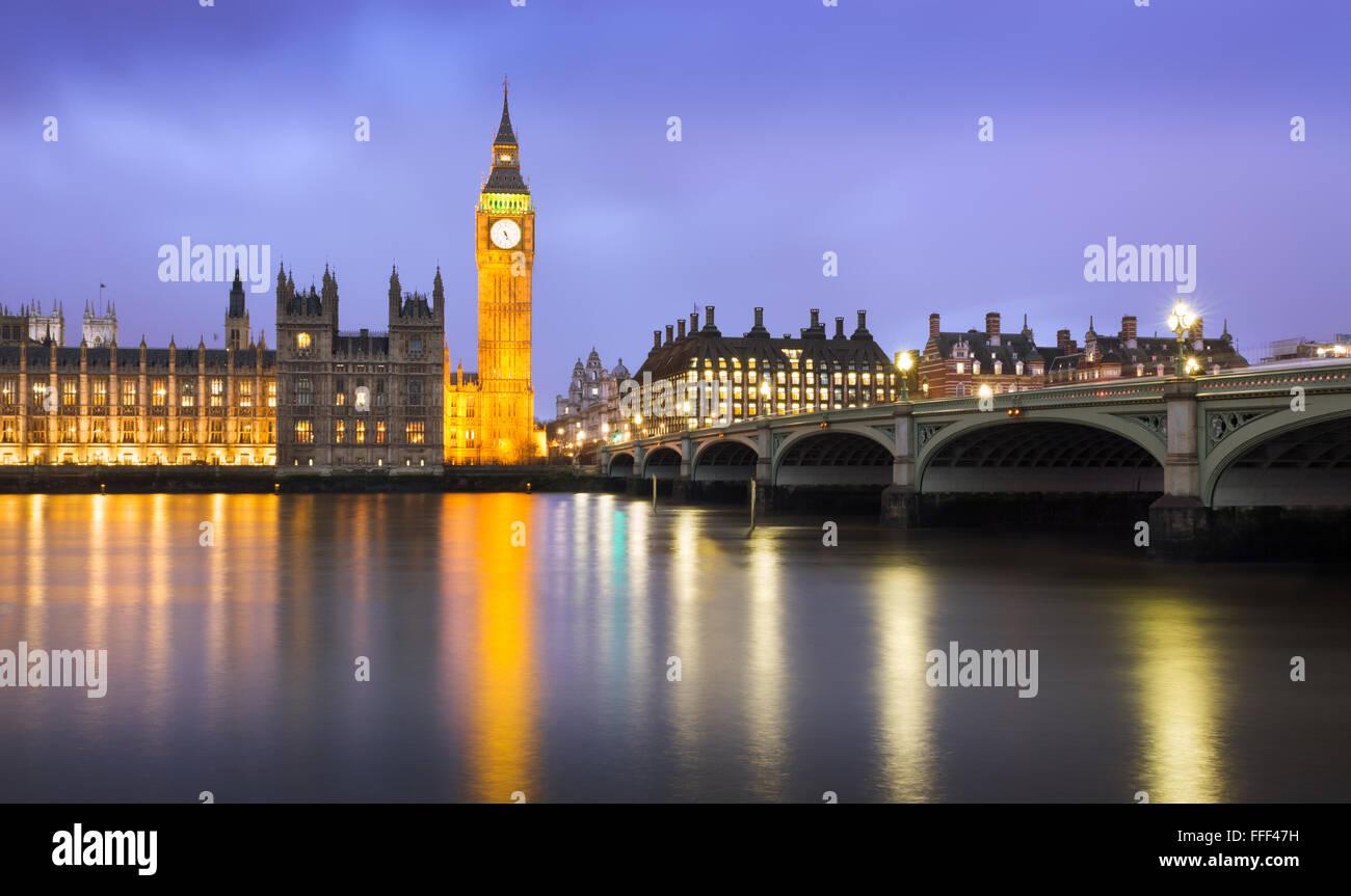 Westminster in der Dämmerung an einem bewölkten Tag, London, UK Stockbild