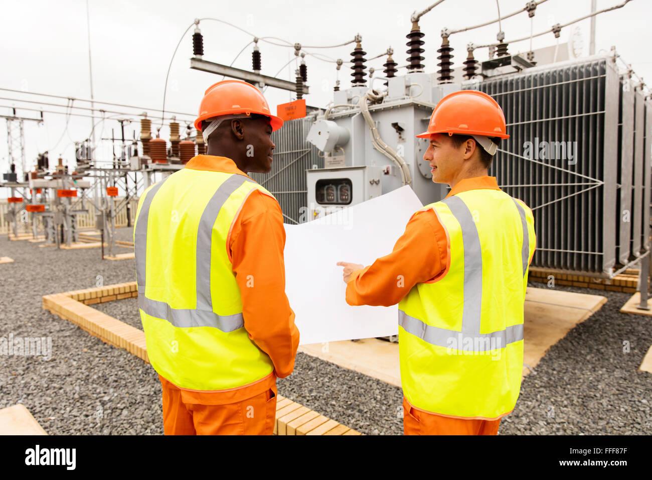 Rückansicht der macht Unternehmen Elektriker arbeiten zusammen im Umspannwerk Stockfoto