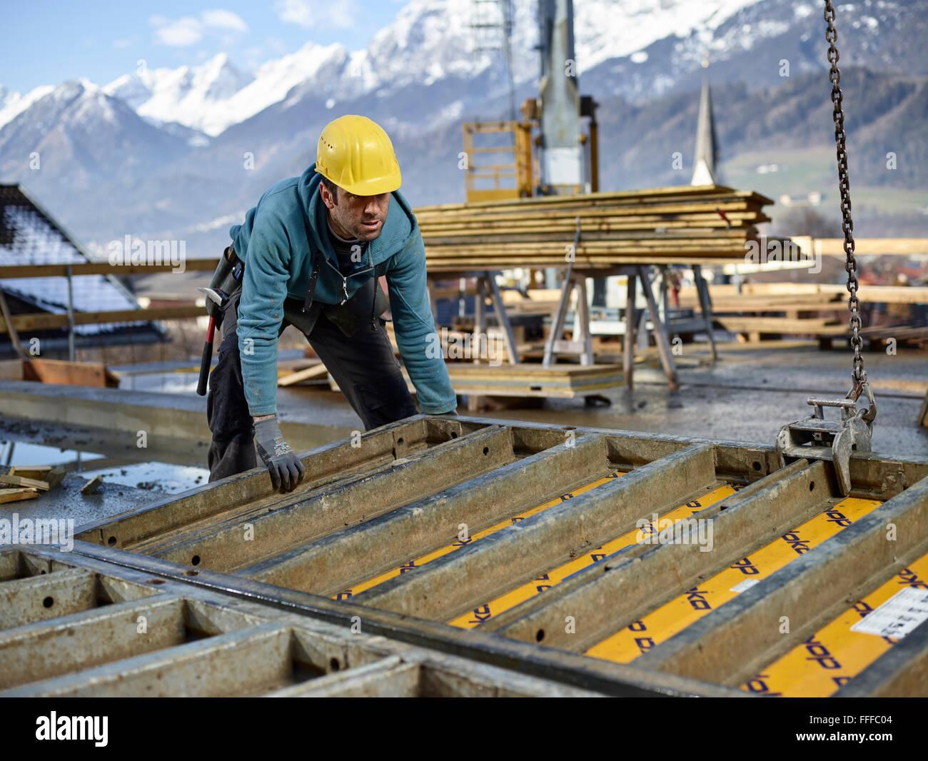 Bauarbeiter Schalung Wand mit Kran heben Vorbereitung gerahmte Schalung, Innsbruck Land, Tirol, Österreich Stockbild