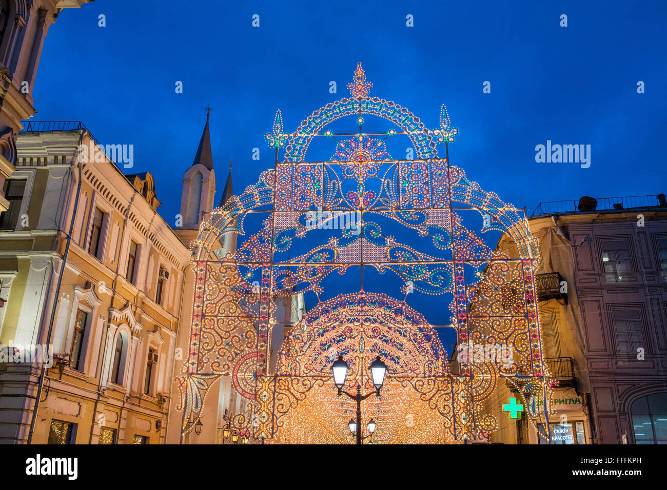 Nikolskaya Street, Dekoration und Beleuchtung für Weihnachten und Neujahr Urlaub in der Nacht, Moskau, Russland Stockbild