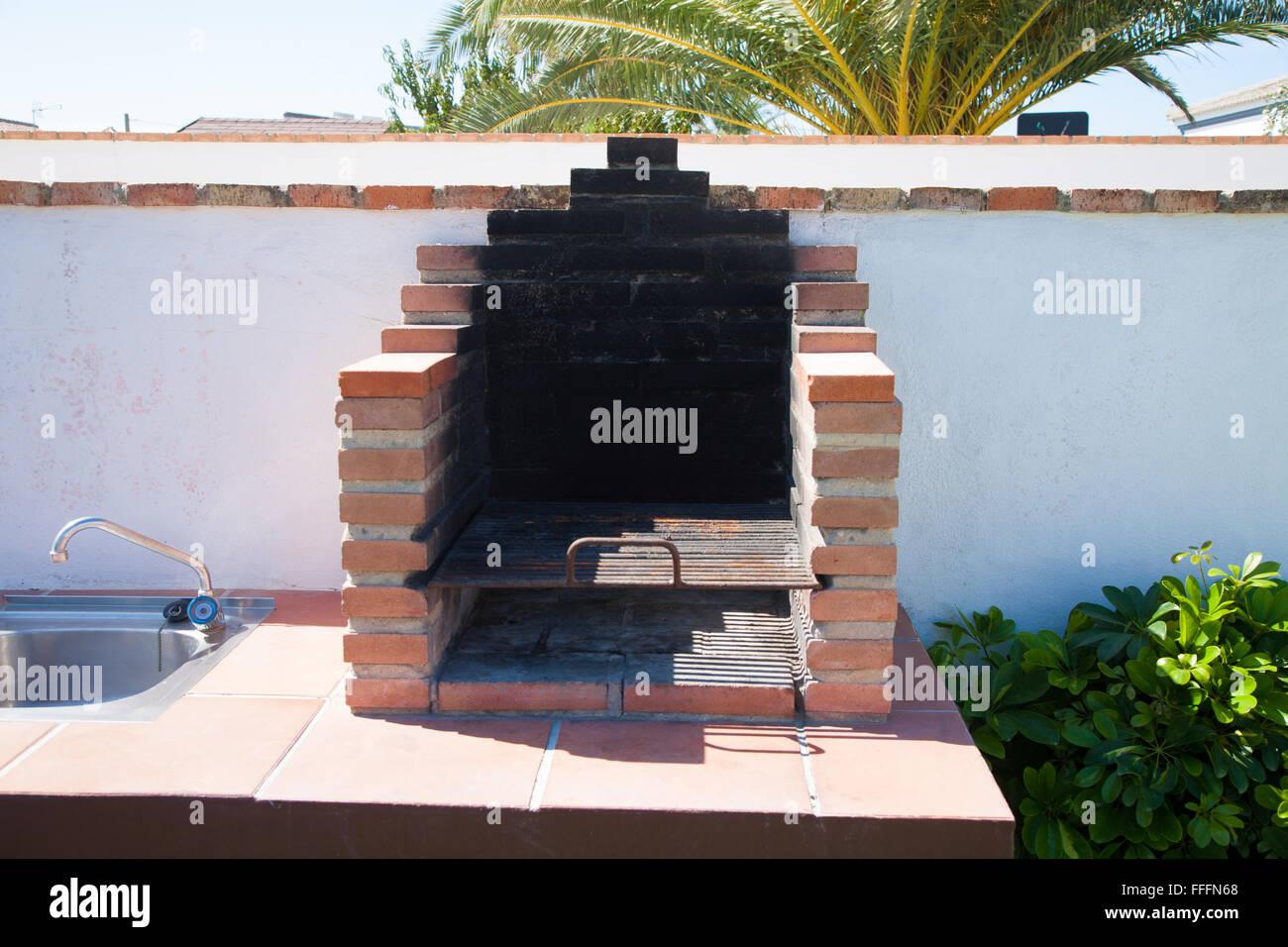 grundlegende außen grill mit rostigen orange ziegel grill und metall