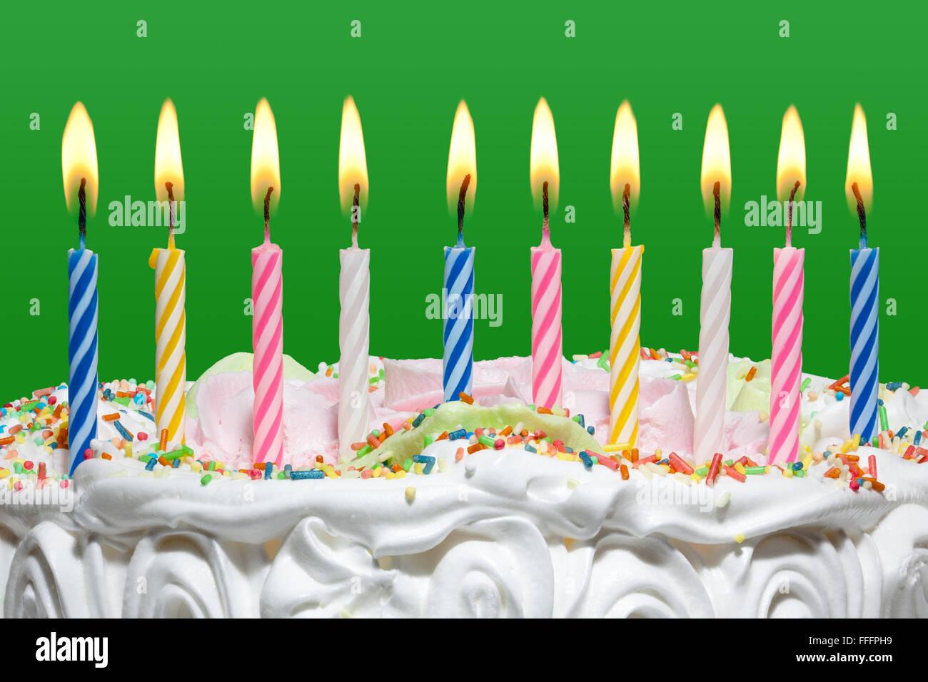 Geburtstagstorte Mit Bunten Kerzen Auf Grunem Hintergrund Stockbild