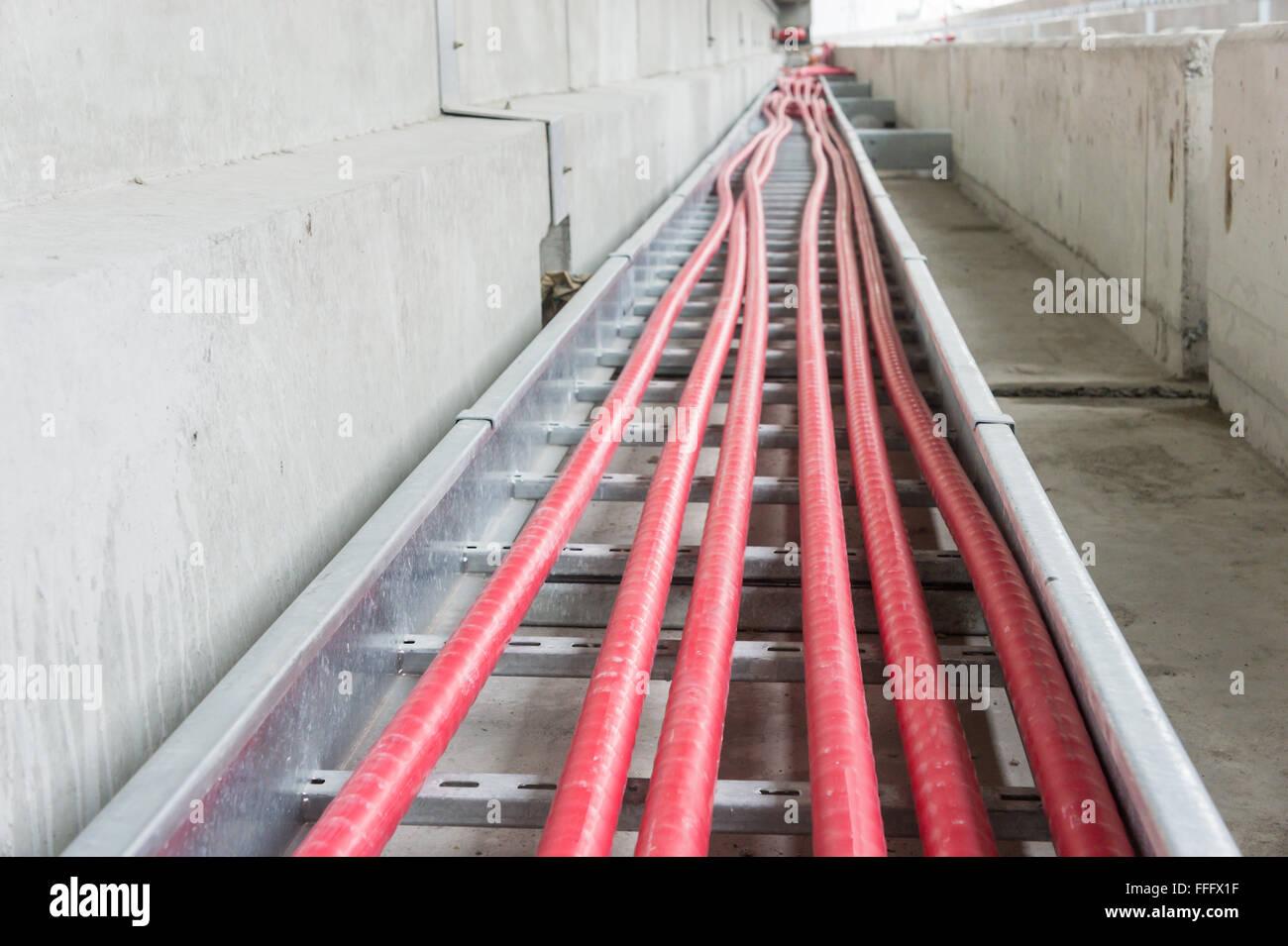 das stromkabel verlegen im kabelleiter auf baustelle stockfoto, bild
