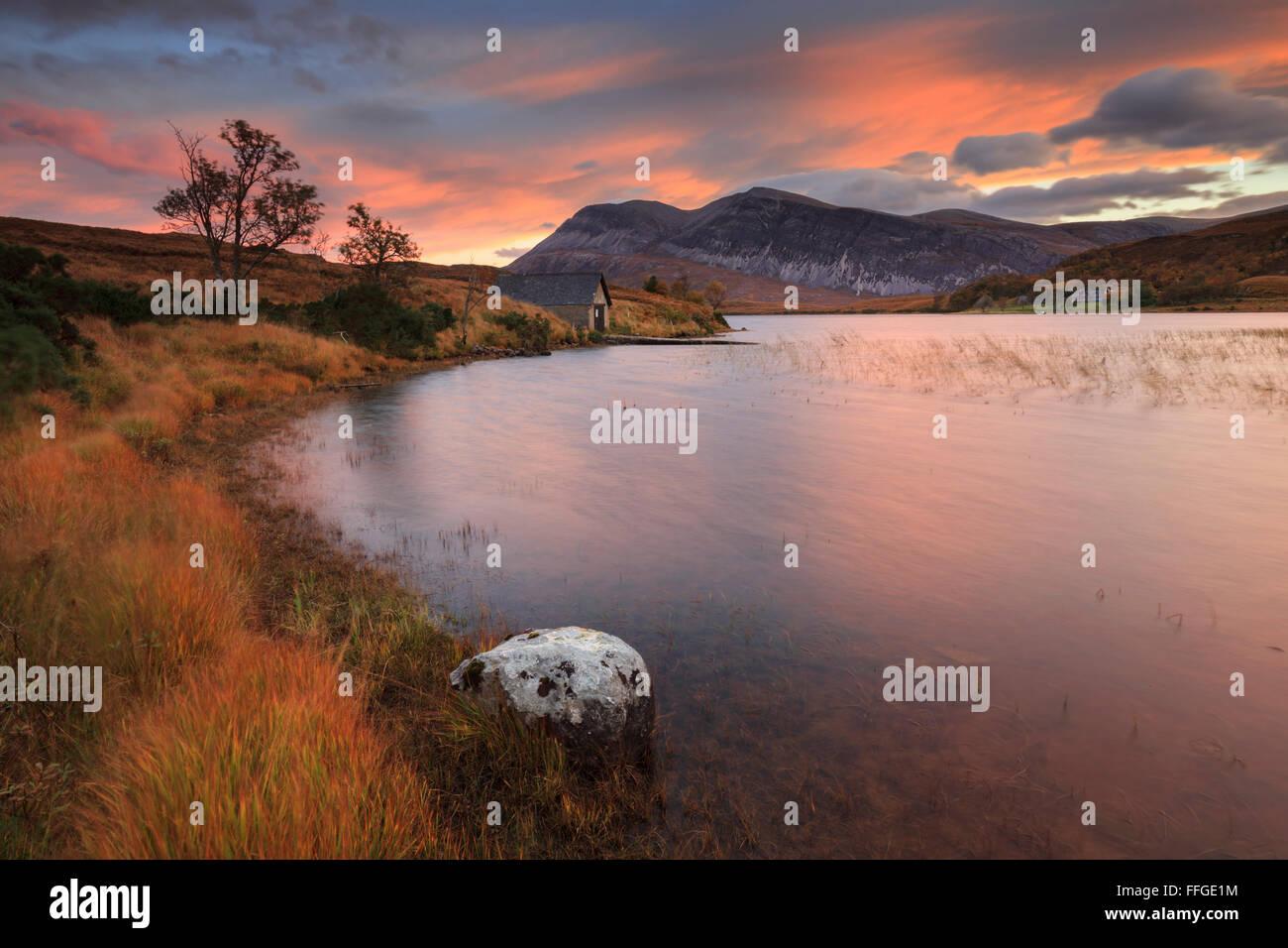 Das Bootshaus am Südende des Loch-Stacks in der North West Highlands von Schottland, gefangen bei Sonnenaufgang Stockbild