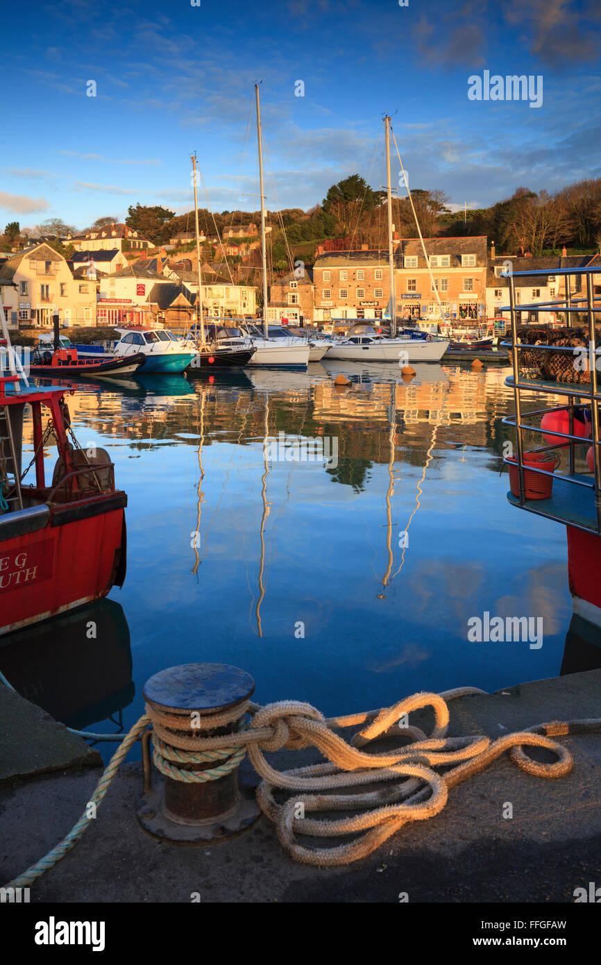 Reflexionen im Hafen von Padstow in Cornwall. Stockbild