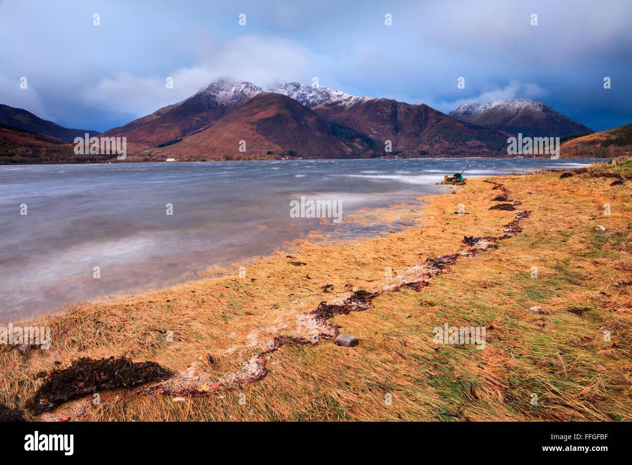 Beinn ein Bheithir erobert den Norden Ufer von Loch Leven in den schottischen Highlands, an einem stürmischen Stockbild