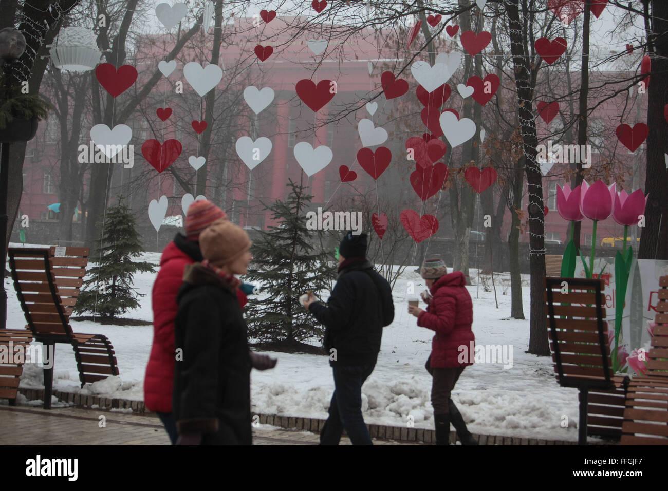 Kiew, Ukraine. 13. Februar 2016. Installieren den Valentinstag im ...