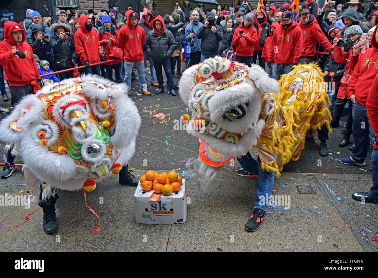 Dragon-Tänzer tanzen für Wohlstand auf Doyers Street in NYC Chinatown auf 2016 Lunar New Year Day Parade. Stockbild
