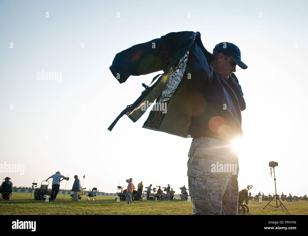 Special Agent David Ohlinger setzt auf seine SCHIEßJACKE für ein Gewehr-Wettbewerb in Camp Perry, Ohio Stockbild