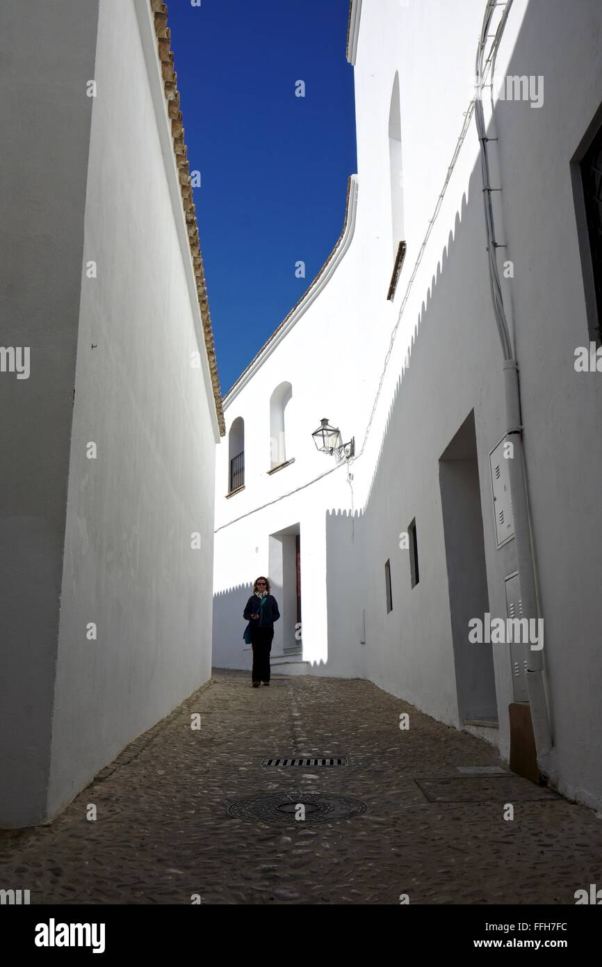 Tourist geht auf eine Straße mit weißen Wänden in Spanien Stockbild