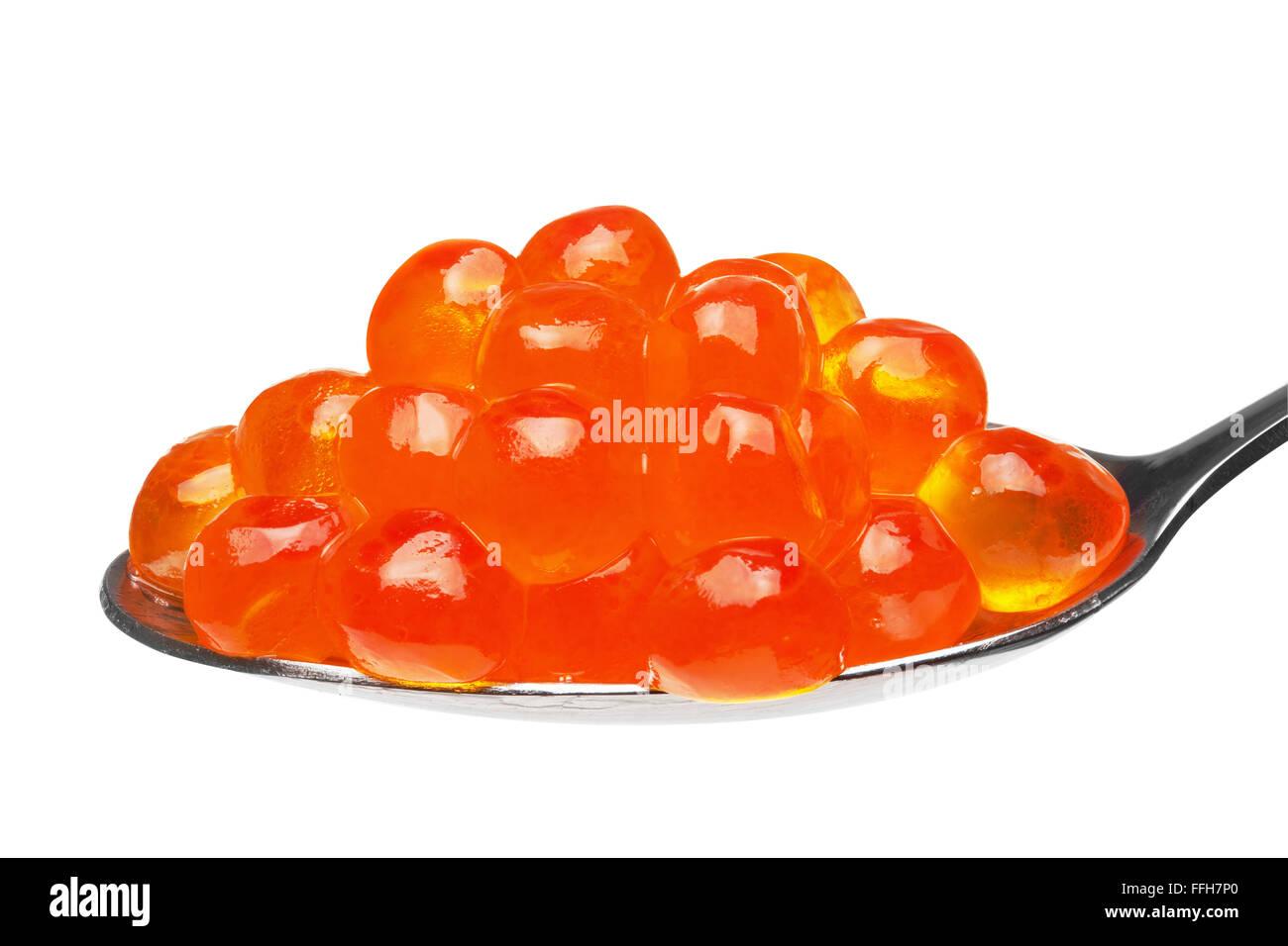 Nahaufnahme von roten Kaviar in einem Teelöffel, isoliert auf weißem Hintergrund, Clipping-Pfad enthalten. Stockbild
