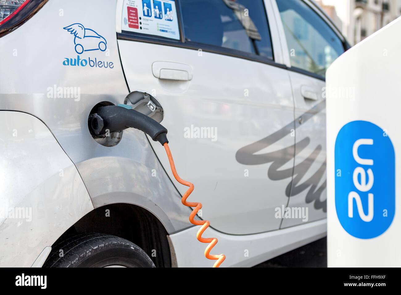 Elektro-Auto an Auto Bleue Ladestation in Nizza, Frankreich. Stockbild