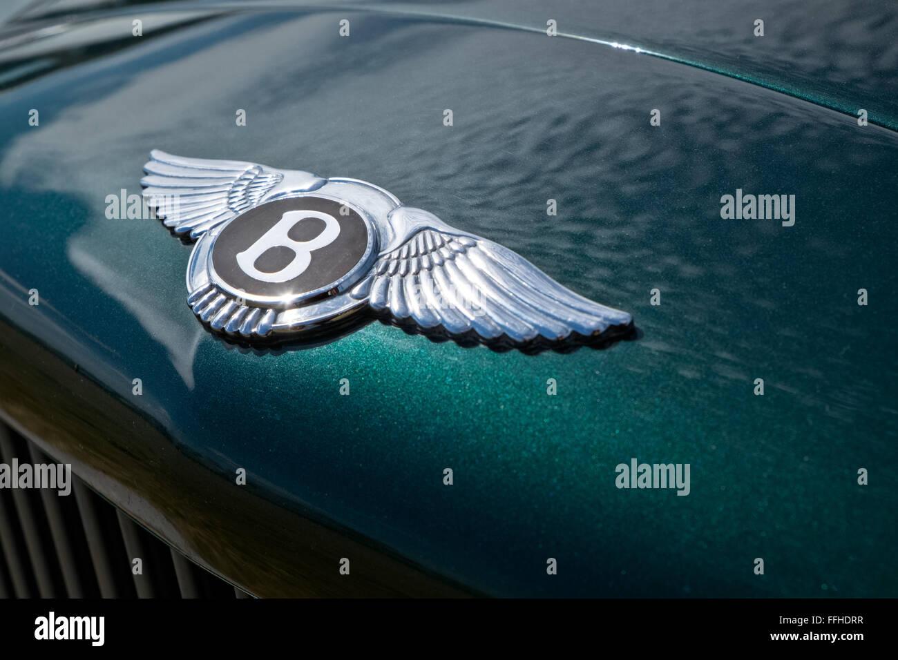 Die legendären Bentley Emblem auf der Motorhaube eines metallischen Grün Mulsanne Autos Stockbild