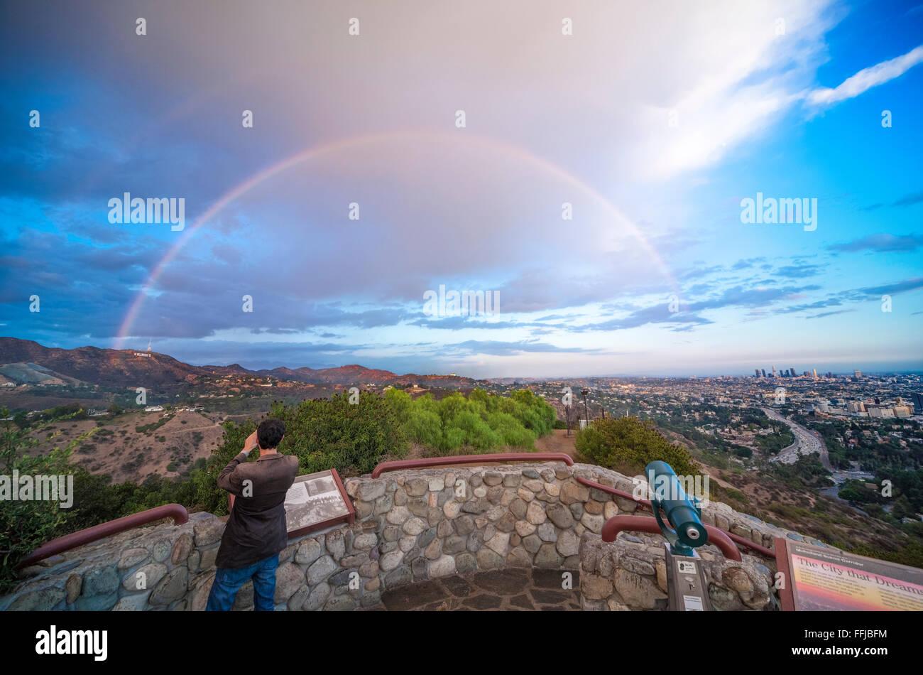 Regenbogen über Hollywood-Schild und Los Angeles. Panoramablick vom Hollywood Bowl übersehen. Mit Regen Stockbild