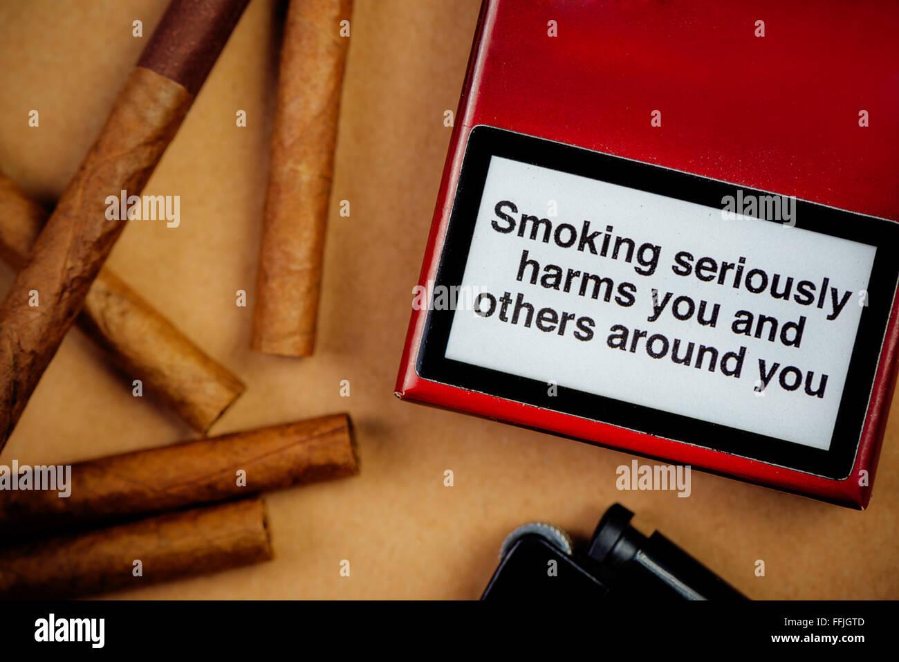 Zigaretten Nikotinsucht und Gesundheitskonzept Problem lag flach Anordnung, Rauchen schadet Sie und andere um Sie Stockbild