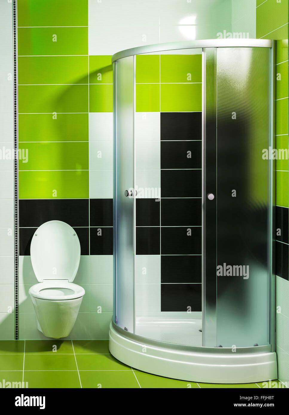modernes Badezimmer mit Dusche und stilvollen Fliesen in ...