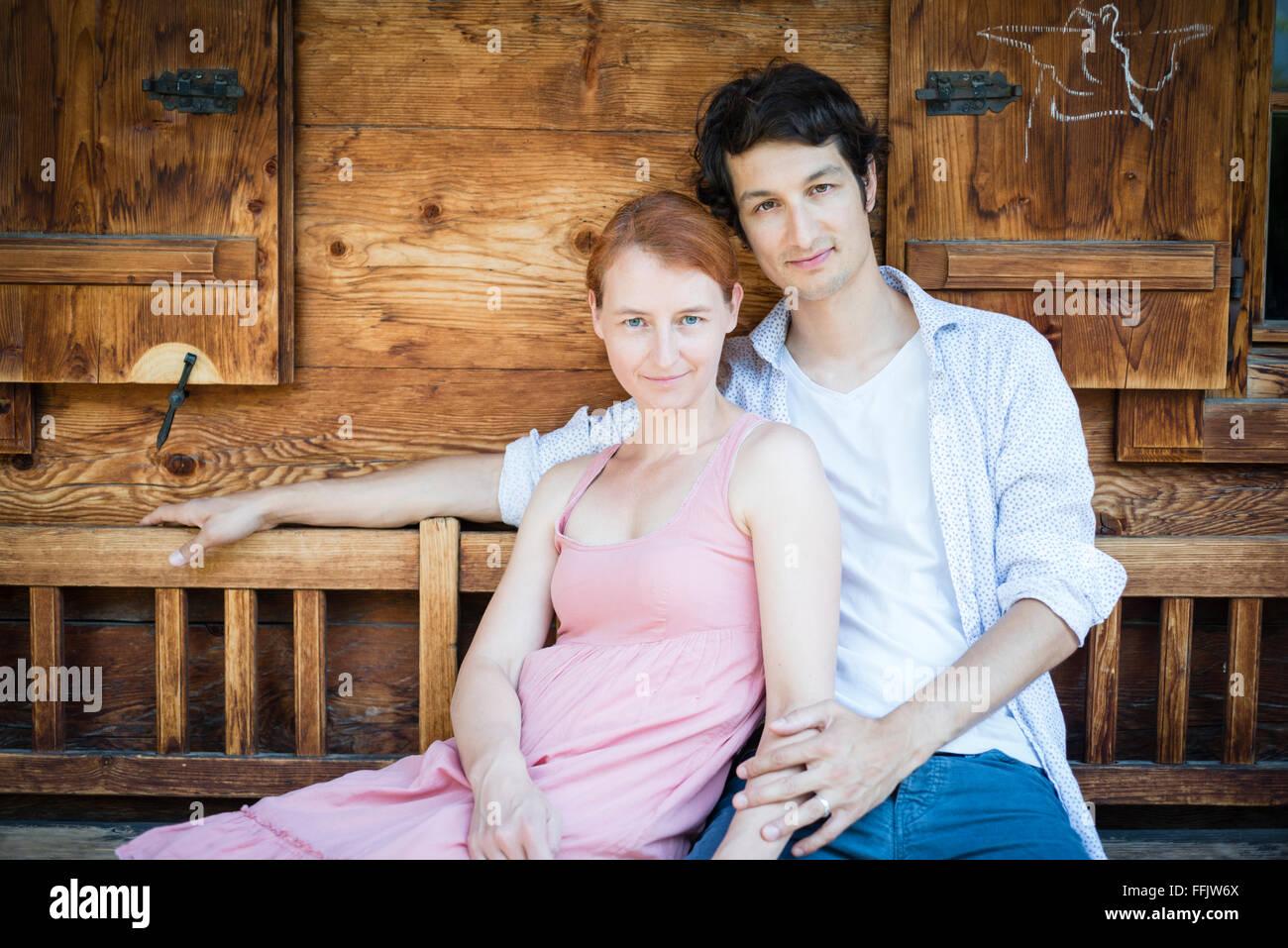 Porträt des glücklichen Paares sitzen nebeneinander Stockbild