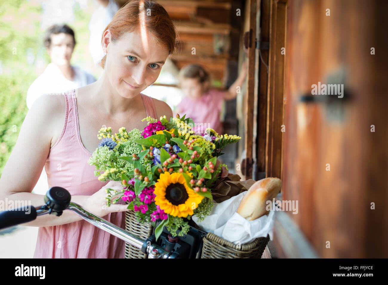 Porträt von Mitte Erwachsene Frau mit Blumen Stockbild