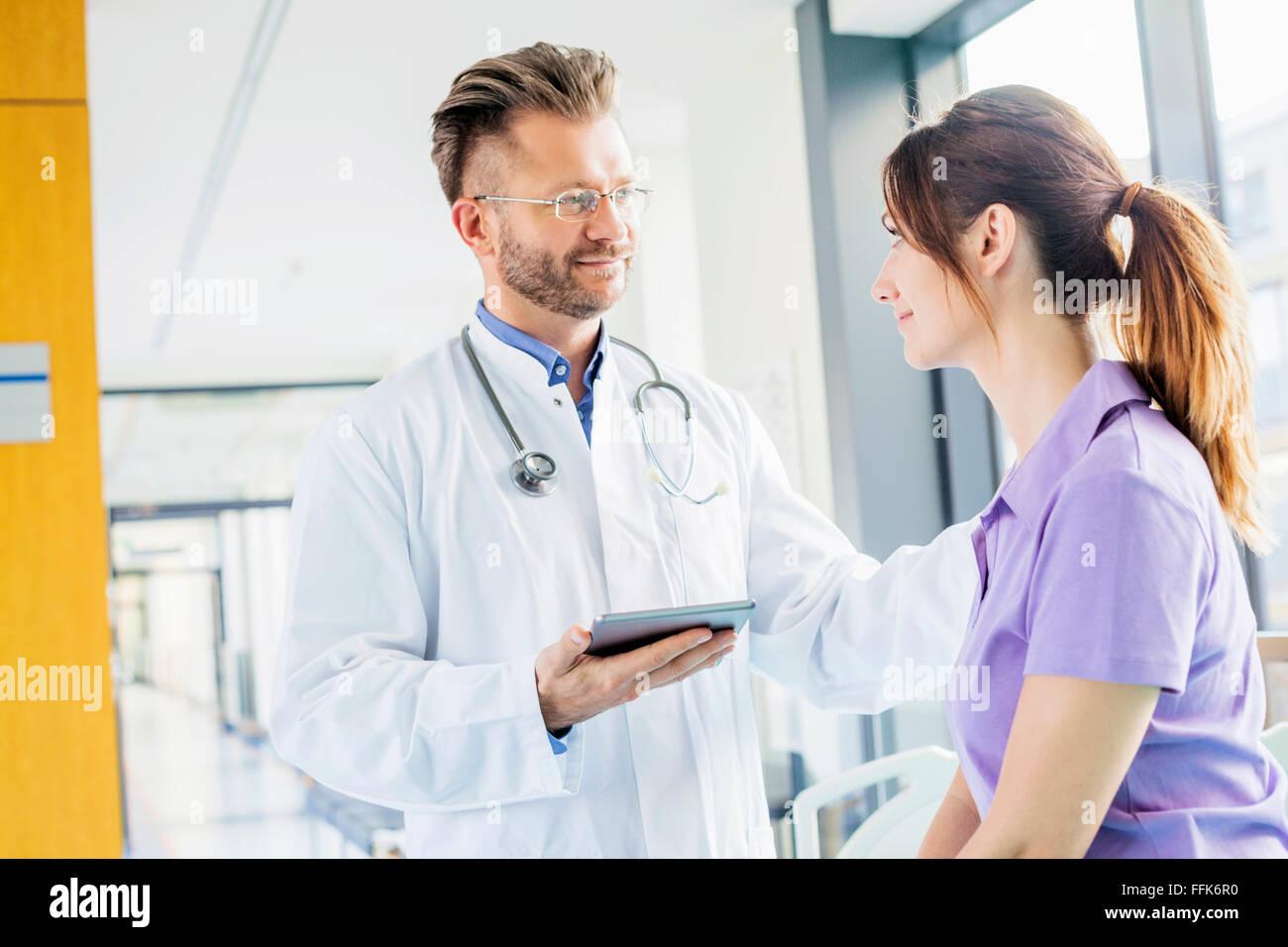 Arzt klopfen Kollegen auf der Schulter Stockbild