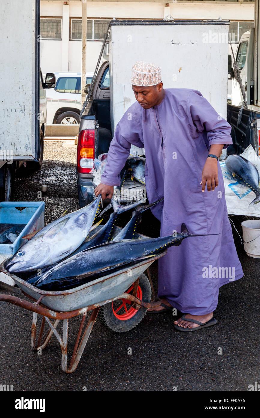 Frischer Fisch auf Fisch Markt, Muttrah, Muscat, Sultanat von Oman entladen wird Stockbild