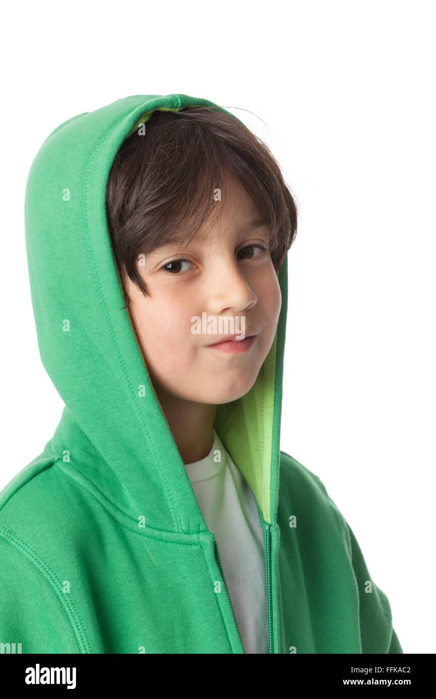 Porträt eines coolen kleinen Jungen mit einer Kapuze auf weißem Hintergrund Stockbild