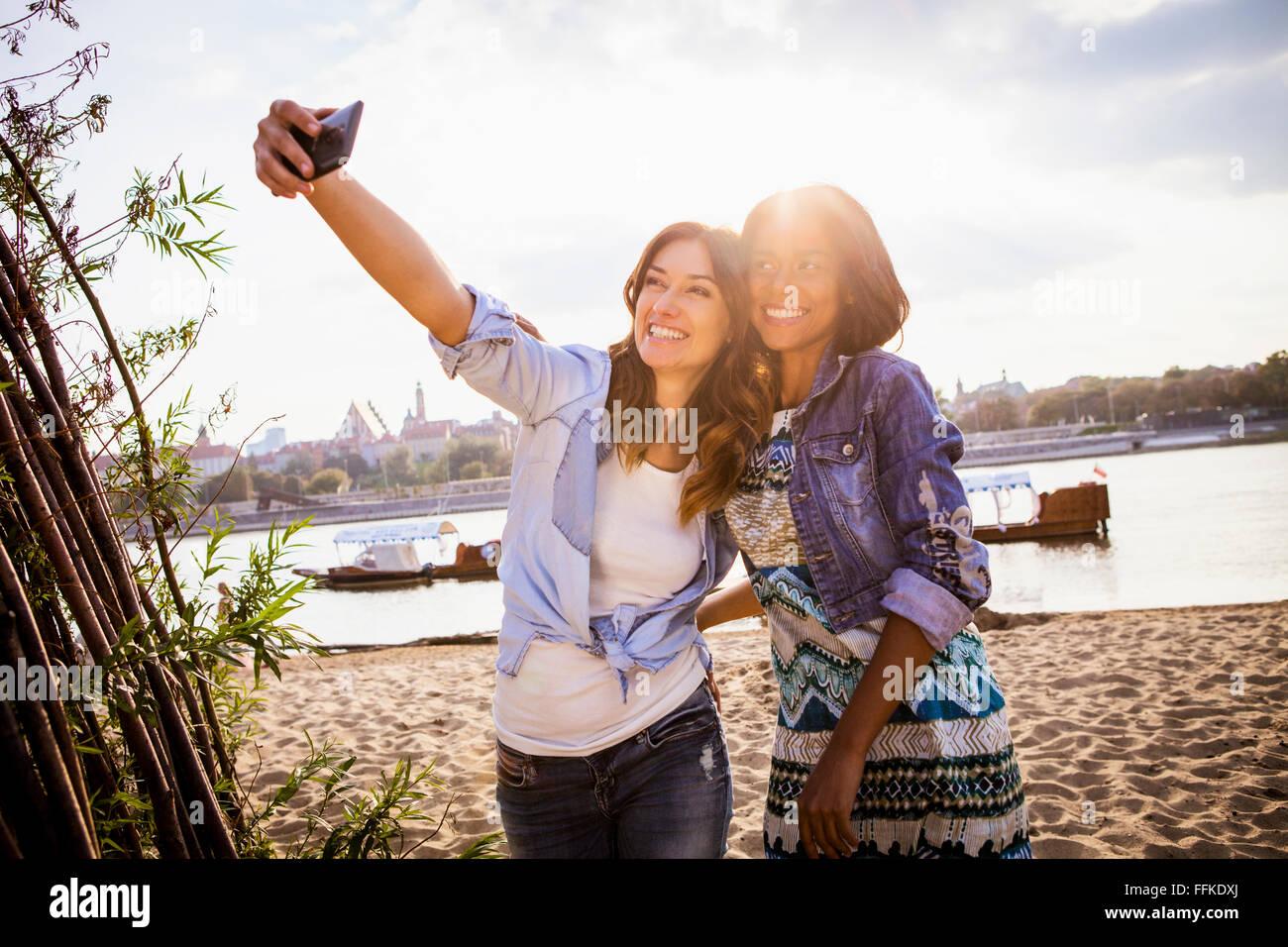 Frau und Freundin nehmen ein Selbstporträt mit smartphone Stockbild