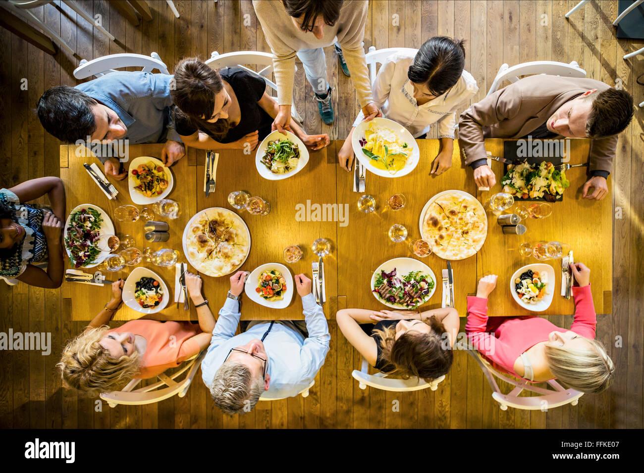 Gruppe von Freunden auf Dinner-Party im restaurant Stockbild