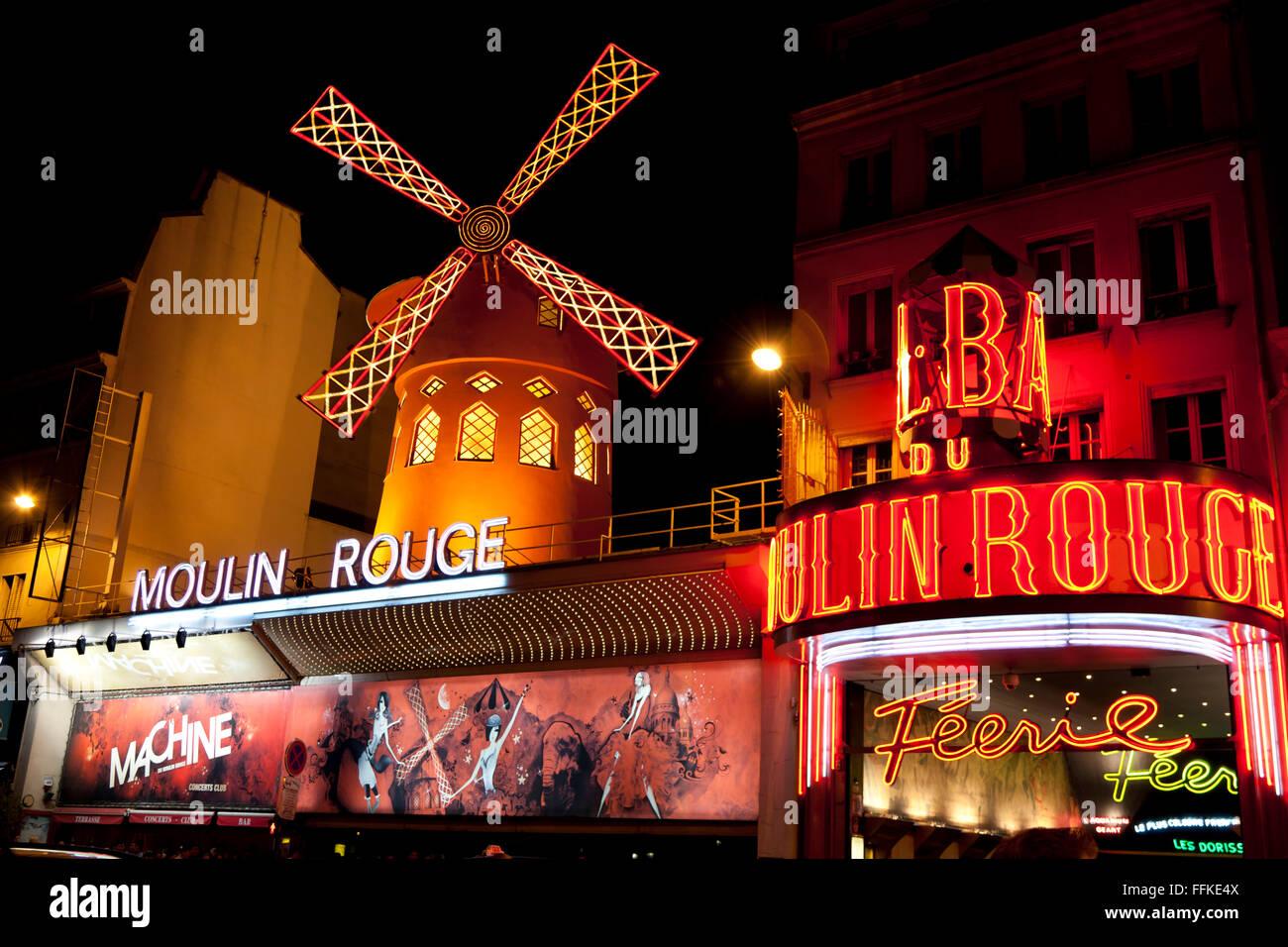 Moulin Rouge Montmartre Paris Frankreich am Abend Stockbild