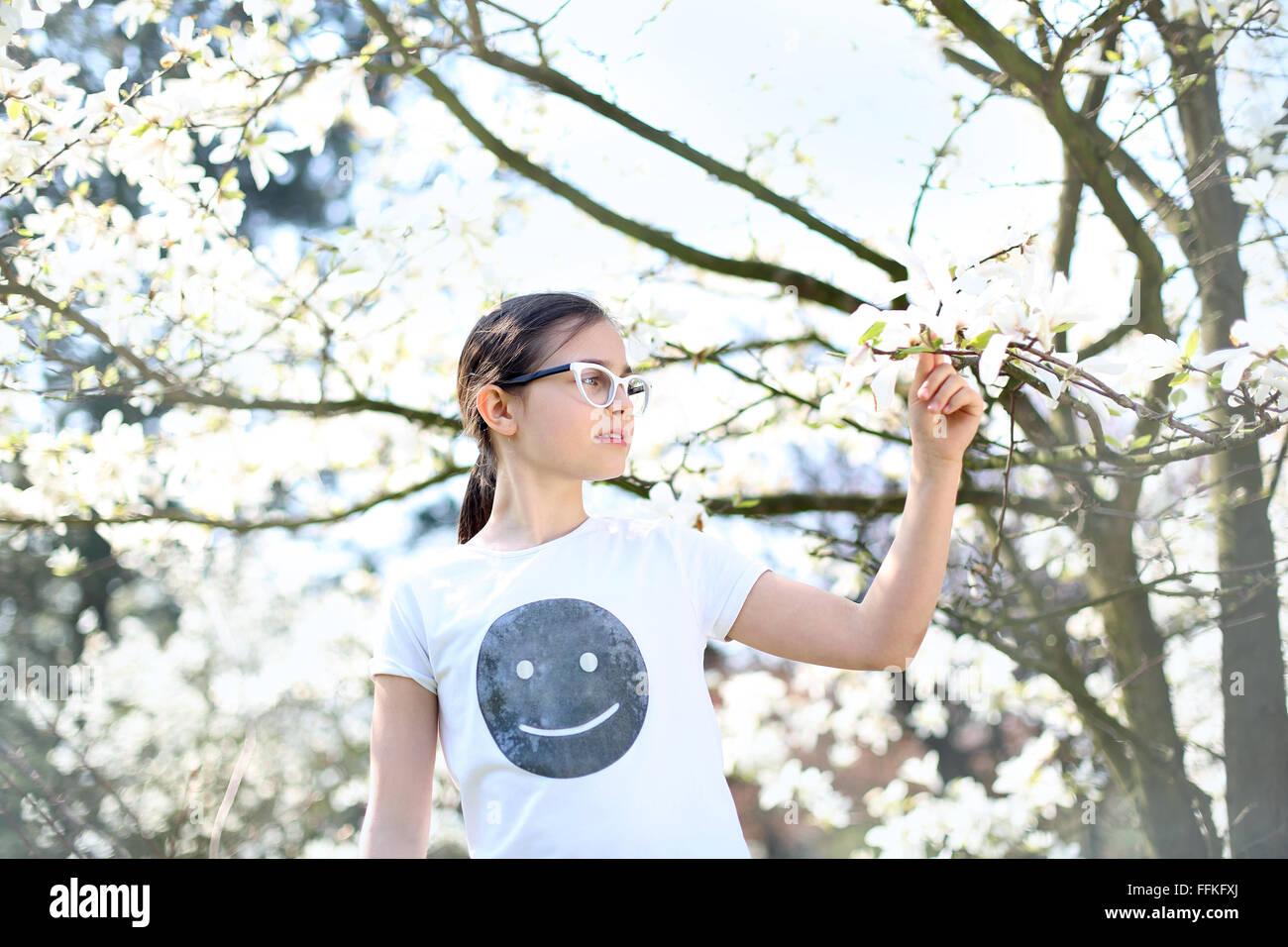 Es ist Sommer, es macht Spaß:). Sonnigen Sommertag, Entspannung in der Natur. Eigenes T-shirt bedrucken Stockbild