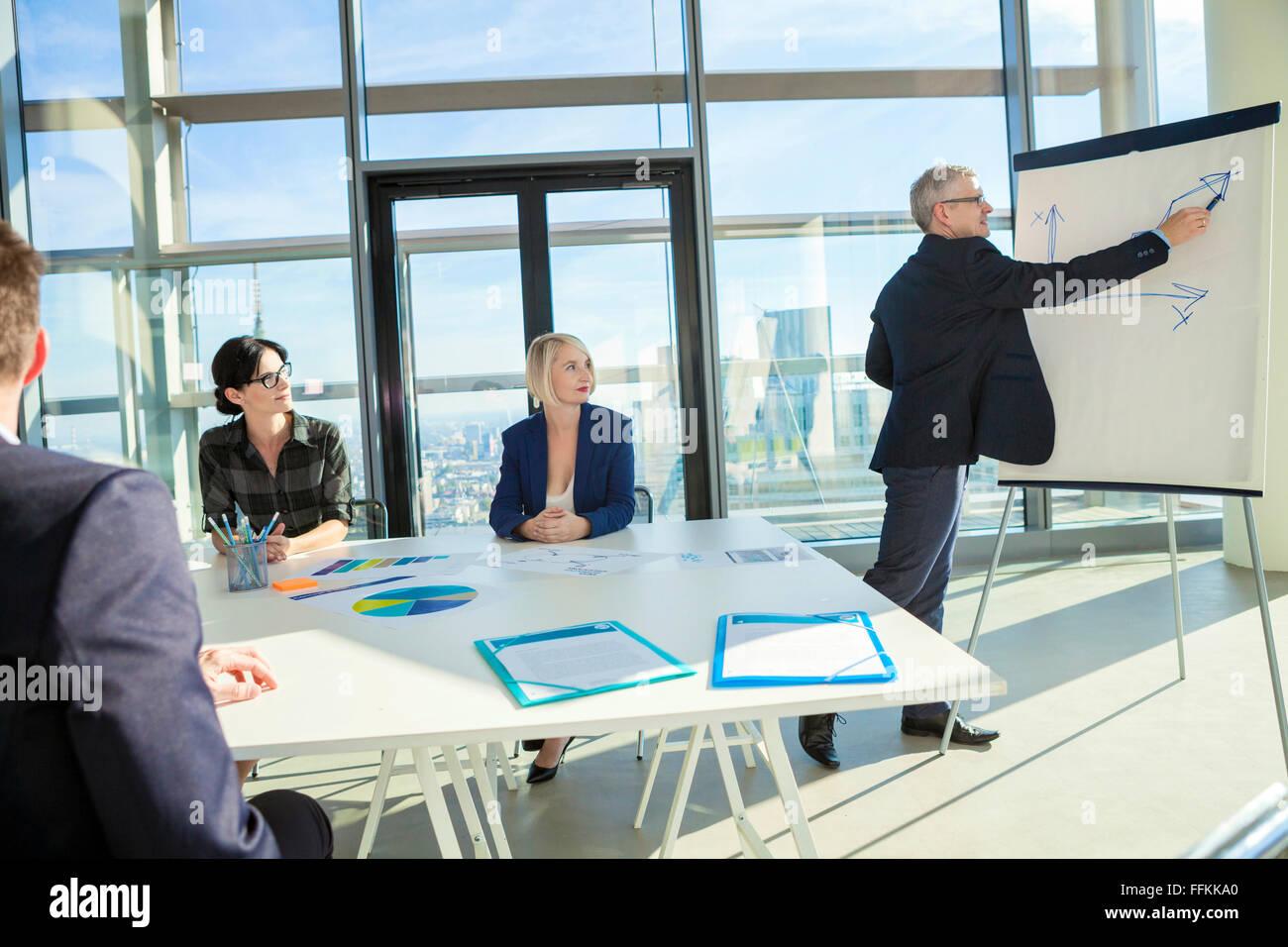 Senior Architekt hält Vortrag im Business-meeting Stockfoto