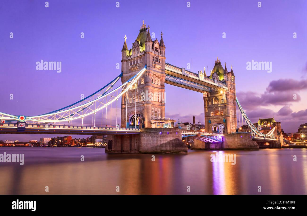 London Tower Bridge bei Sonnenuntergang Stockbild