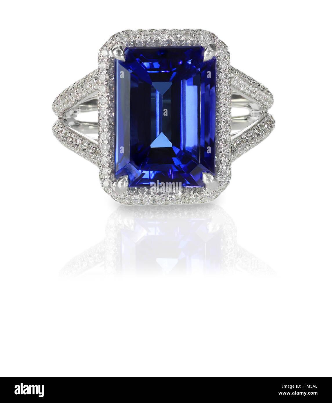 Großer Smaragd Saphir blue cocktail Mode Verlobungsring mit Halo Einstellung schneiden und Diamanten zu ebnen Stockbild