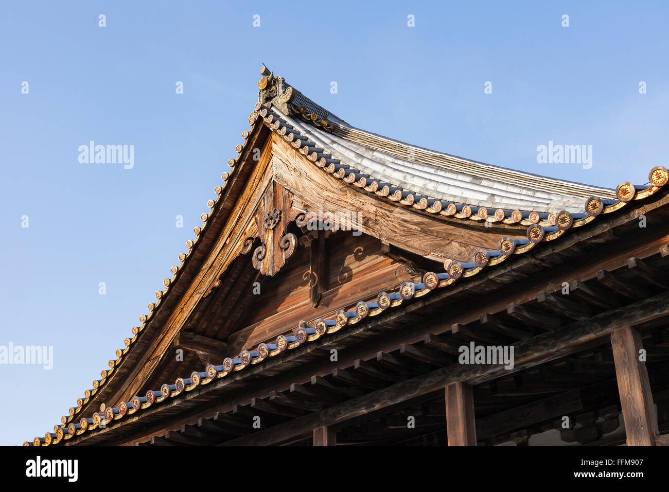 Japanisches Dach roof tiles japanese castle stockfotos roof tiles japanese