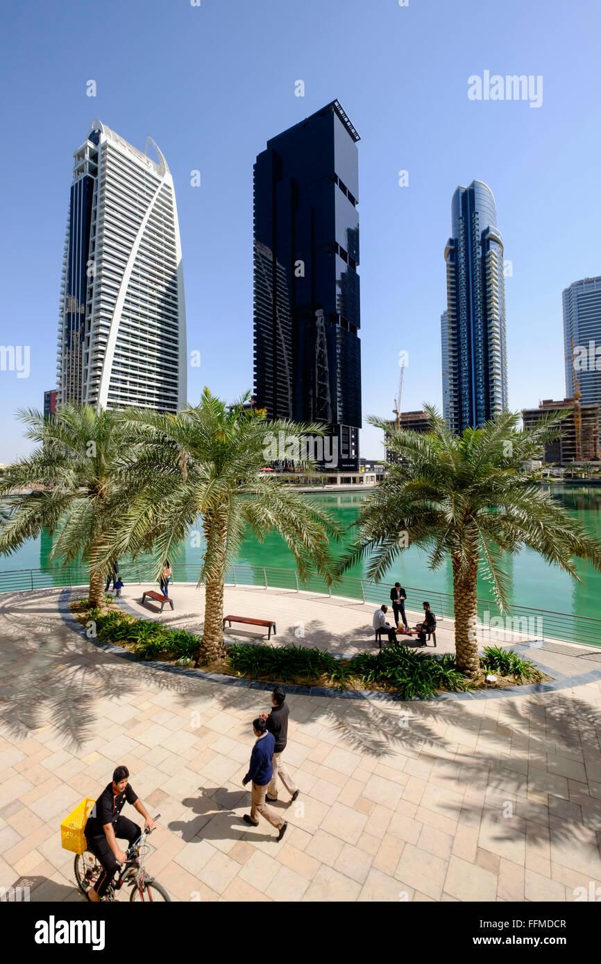 Tagsüber Skyline-Blick auf moderne Büro-Hochhaus und Mehrfamilienhäuser in JLT, Jumeirah Lakes Towers Stockbild