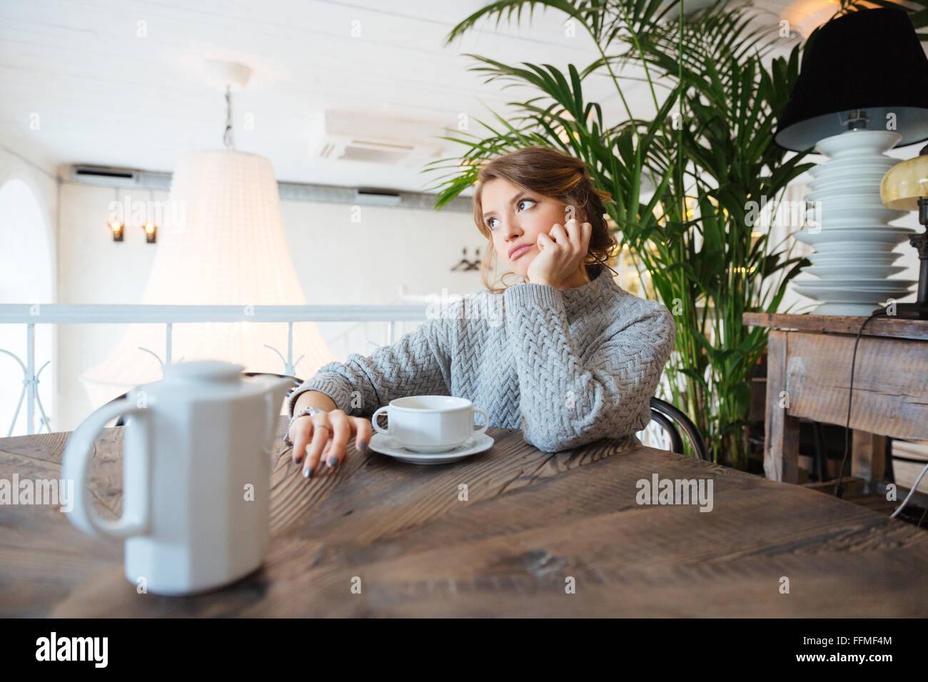 Junge Frau wartet jemand im café Stockbild