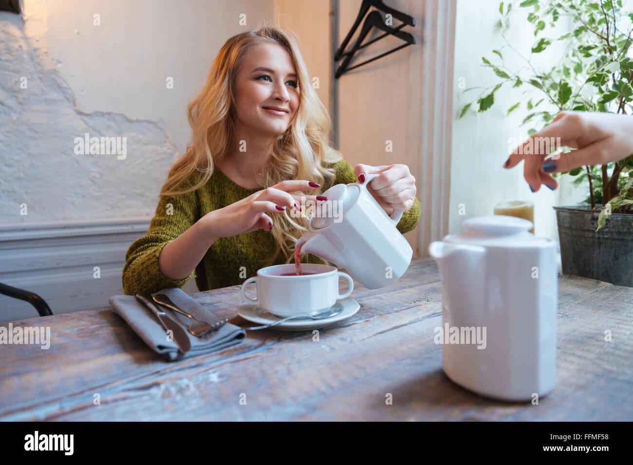 Schöne junge Frau Tee im Café trinken Stockfoto