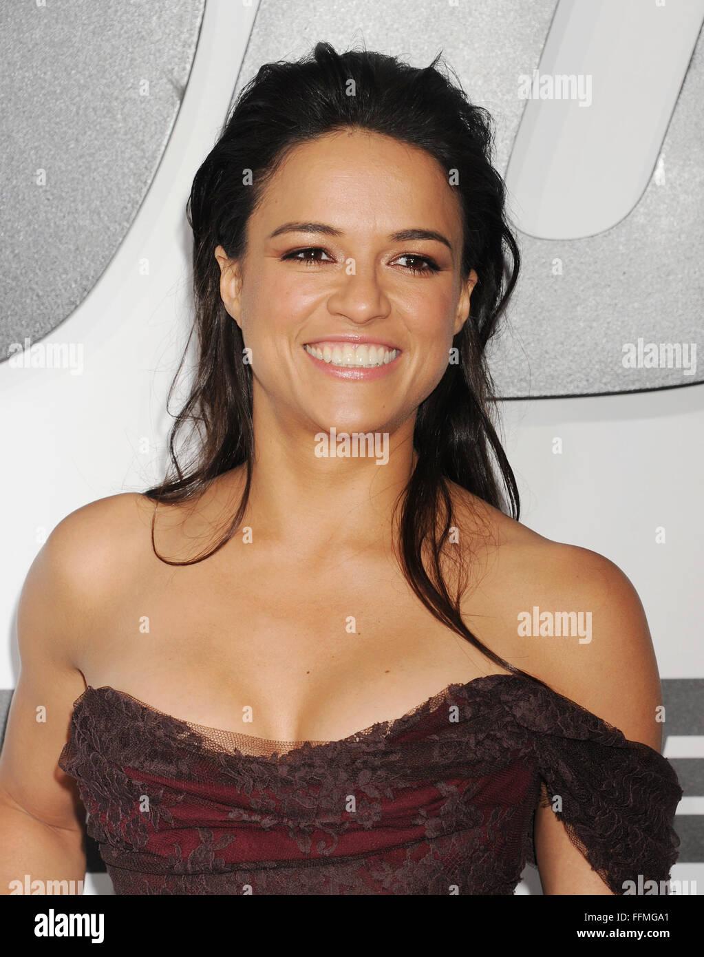 """Schauspielerin Michelle Rodriguez in der """"Furious 7' kommt - Los Angeles Premiere auf TCL Chinese Theater Stockbild"""