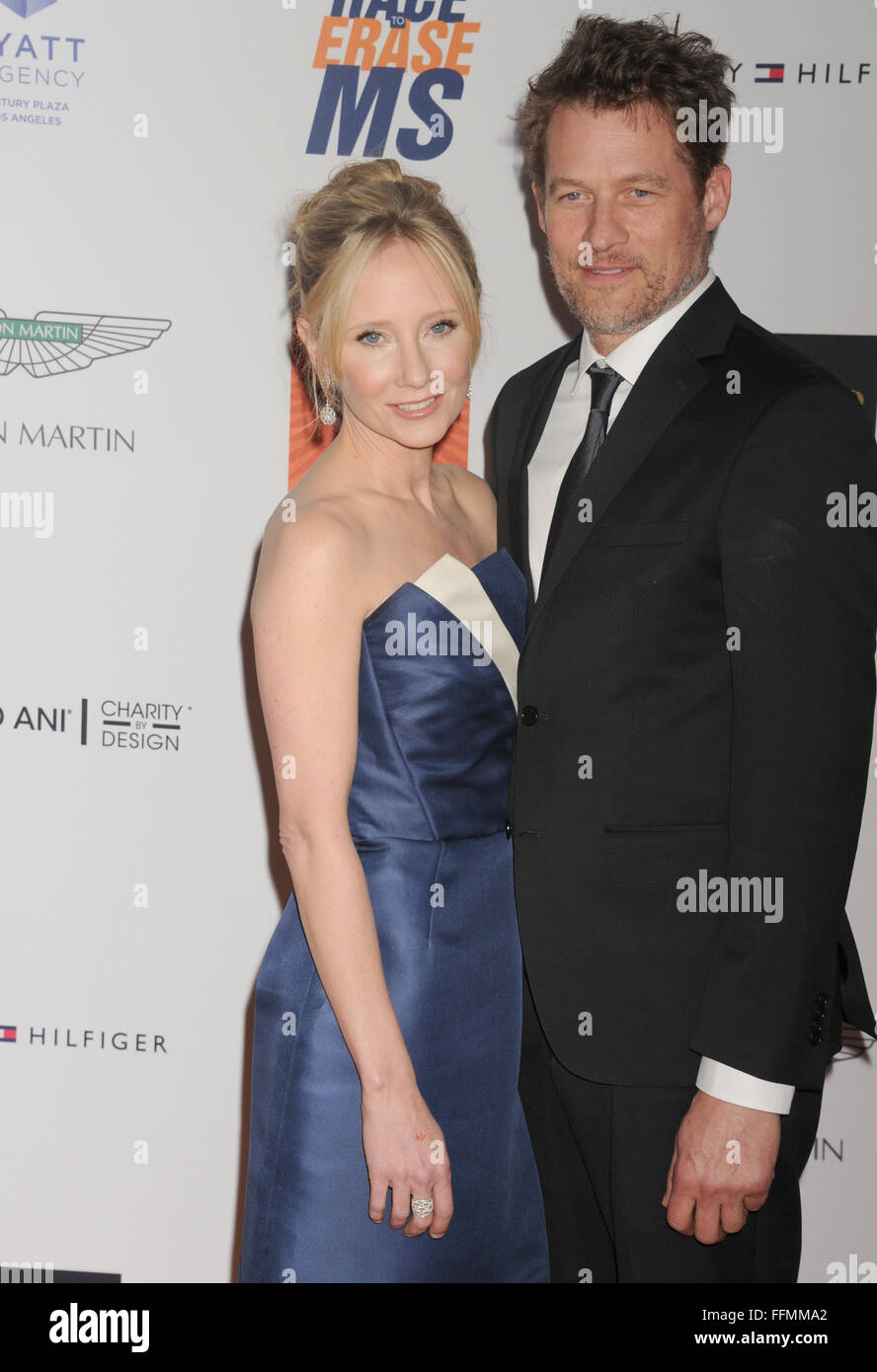 Schauspieler Anne Heche (L) und James Tupper kommen an der 22. jährlichen Rennen zu löschen MS an der Stockbild