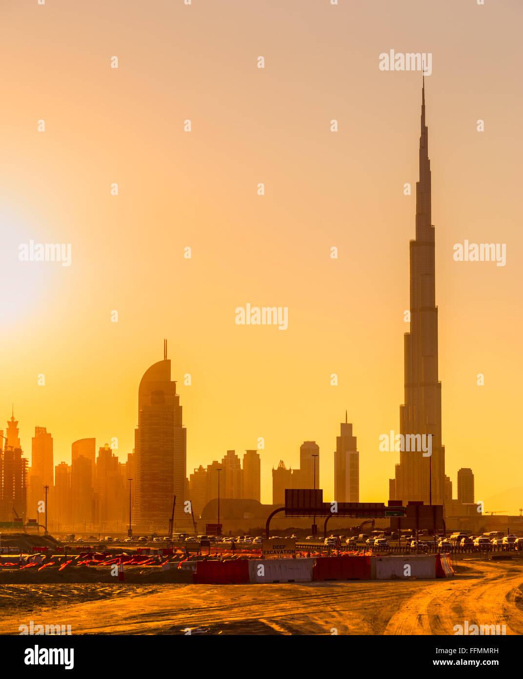 Skyline von Dubai in der Abenddämmerung, Vereinigte Arabische Emirate. Stockbild