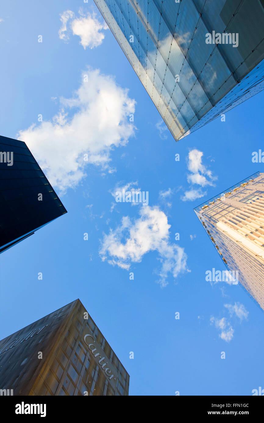 Eine niedrige Weitwinkelansicht fängt die Konzentration der Designer-Marke Fashion-Stores (einschließlich Stockbild